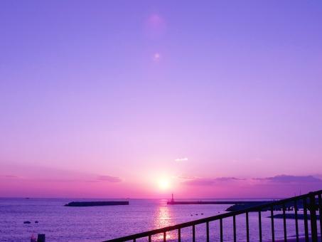 ゆめかわいい海と夕陽の写真