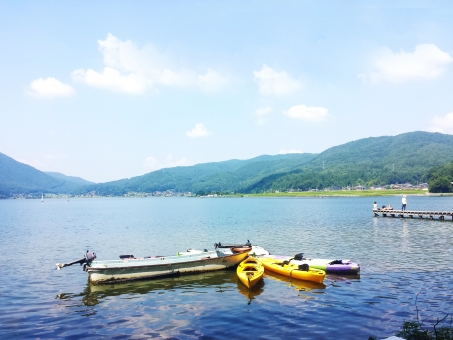 湖 湖畔 みずうみ カヌー カヤック 水面 ボート アウトドア スポーツ レジャー 夏休み 趣味 自然 遊ぶ 遊び 空 山 みなも 水難事故 大人の休日