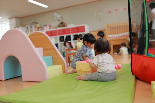 保育園であそぶ赤ちゃん31の写真