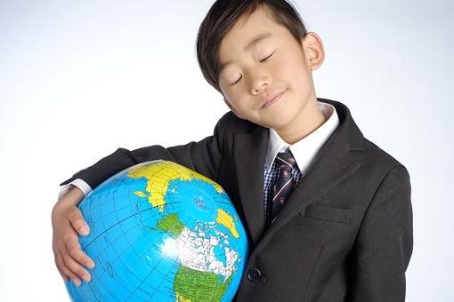 人物 子供 こども 男の子 男児 児童 少年 小学生 入学式 進級 進学 入学 学校 新入学 制服 私立 礼服 正装 ランドセル 通学 転校 留学 引っ越し グローバル 世界 環境 地球儀 国際交流 スタジオ撮影 日本人   mdmk015