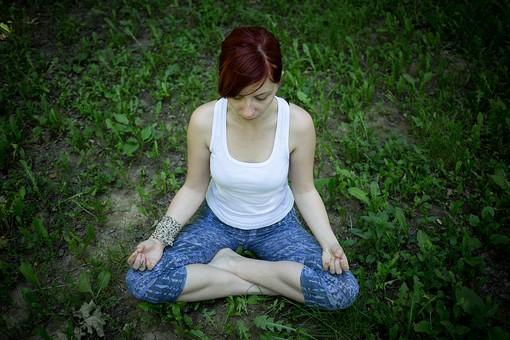 外国人 外人 女性 女 ヨガ ストレッチ エクササイズ フィットネス ストレッチ 健康 体操 温まる 痩せる 鍛える 精神 体 屋外 森 森林 木 樹木 植物 緑 集中 姿勢 ゆったり 座る mdff020