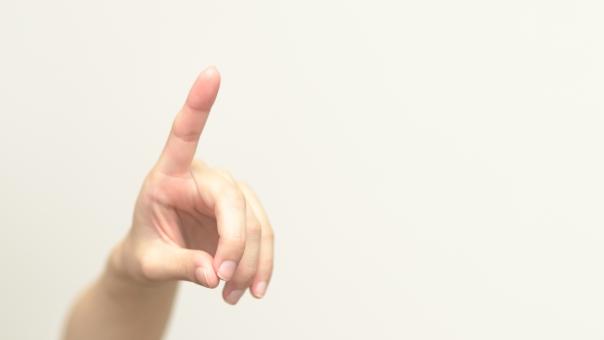 人差し指 指 示す 手 進む 方向 女性 指 白バック 指紋 案内 コピースペース 導く
