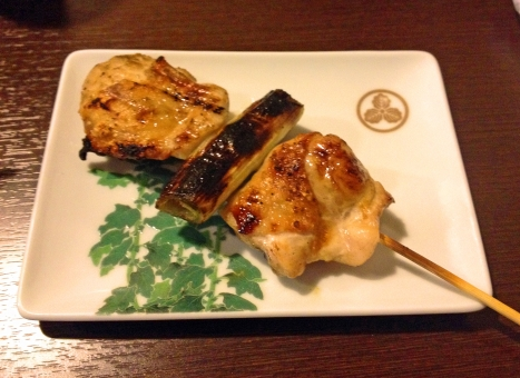 やきとり 焼き鳥 ヤキトリ ネギま ねぎま 葱ま 串焼き 串 肉 鶏肉 生肉 精肉 皿 小皿 食事 食卓 食品 食べ物 料理 調理 グルメ おつまみ おかず 風景 景色