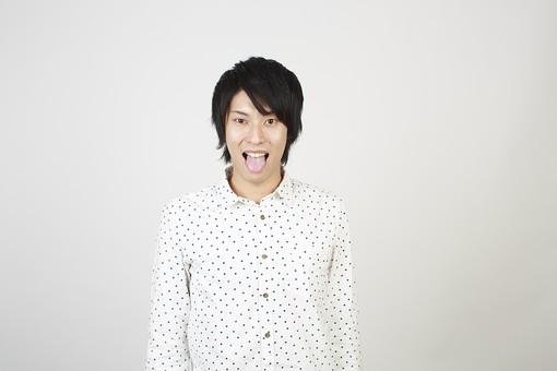 人物 男性 日本人 モデル 若者  若い 青年 20代 大学生 学生  私服 カジュアル シャツ ポーズ スタジオ  白バック 白背景 上半身 表情 舌 舌を出す あっかんべえ あっかんべー 軽蔑 おどける mdjm006