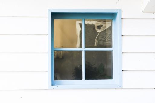 窓 青 白 窓枠 板 板壁 ウィンドウ カフェ レストラン ショップ ガラス 住宅 インテリア おしゃれ 外 外壁 かべ カベ 壁 素材 背景 文字スペース テキストスペース コピースペース 屋外 バック バックグラウンド インテリア 洋風 洋館