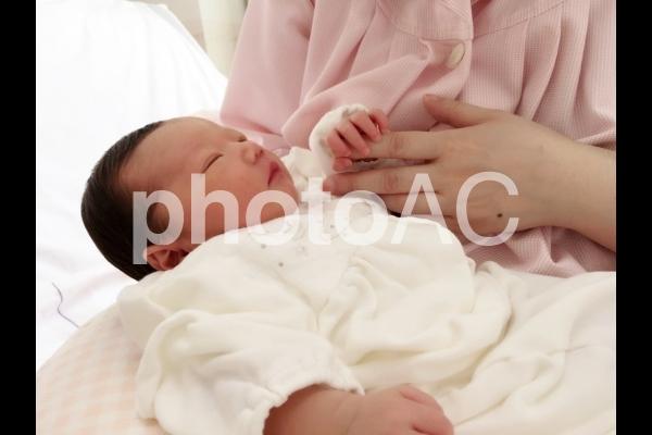 ママの手を握る生後2日目の赤ちゃん 1の写真