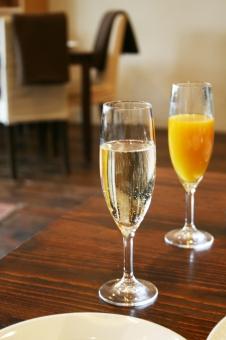 シャンパン シャンパングラス お祝い カップル オレンジジュース デート aperitif 食前酒 おしゃべり 食事 イタリアン フレンチ かんぱい 乾杯 カンパイ 琥珀色 炭酸飲料 ダイニング ランチ 記念日 女子会 パーティー テーブル