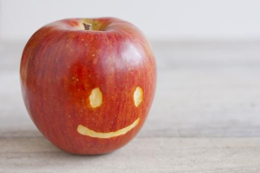 リンゴ りんご 林檎 果物 フルーツ 秋 りんごダイエット ひとつ 顔 ニコニコ にこにこ にっこり 表情 顔つき 第一印象 挨拶 あいさつ