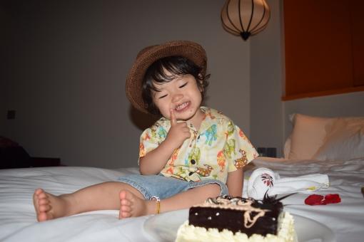 バースデーケーキ チョコレート チョコ チョコレートケーキ チョコケーキ chocolate cake バースデー birthday ハッピー 誕生日 誕生会 誕生日会 お祝い うれしい 嬉しい 笑顔 スマイル smile デザート dessert ハーフパンツ 短パン 麦わら 麦わら帽子 帽子 ハット ぼうし 麦わらハット カンカン帽子 夏 子ども 子供 こども あかちゃん 赤ちゃん baby ベビー 男子 男の子 1歳 2歳 3歳