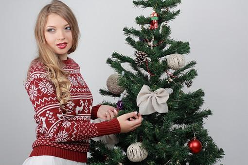 白バック 白背景 グレーバック 外国人 白人 金髪 ブロンド 20代 30代 女性 セーター ニット ノルディック柄 スカート クリスマス Christmas X'mas クリスマスツリー ツリー モミ もみの木 樅の木 モミの木 飾り オーナメント ボール リボン ブーツ 松ぼっくり 立つ 触る 上半身 mdff129