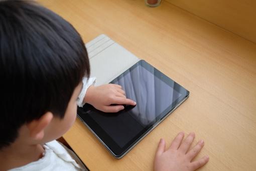 タブレット 勉強 教育 机 子供部屋 部屋 子供 小学生 インターネット コンピューター 学習 学習机 パソコン 宿題 自習 自主学習 デスク 学習デスク 復習 予習 学校 人 男 男の子 日本人 アップ