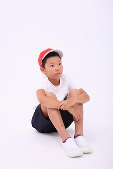 子供 子ども こども 小学生 体操着 体操服 赤白帽 帽子 男の子 男子 男 座る 三角座り 運動会 体育 小学校 赤組 体育祭 人物 日本人 全身 ポーズ スタジオ 白バック 白背景 mdmk003