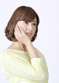人物 女性 女の子 若い 若者   20代 日本人 屋内 スタジオ撮影 白バック   白背景 ジェスチャー 仕草 かわいい 可愛い 頬 手を当てる 考える 考え事 想像 思い浮かべる 上半身 悩む 物思い 片手 心配事 気がかり ポーズ mdjf003