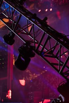 クラブ ライブ LIVE コンサート DJ 演奏会 音楽会 リサイタル ナイトクラブ キャバレー フロアショー ギャラリー 会場 バンド 音楽 楽曲 ミュージック 歌 曲 唄 歌唱 ステージ 音響 スクリーン サウンド 公演 ライト 照明 ライトアップ 野外 外 機器 機材 照明器具 照明効果