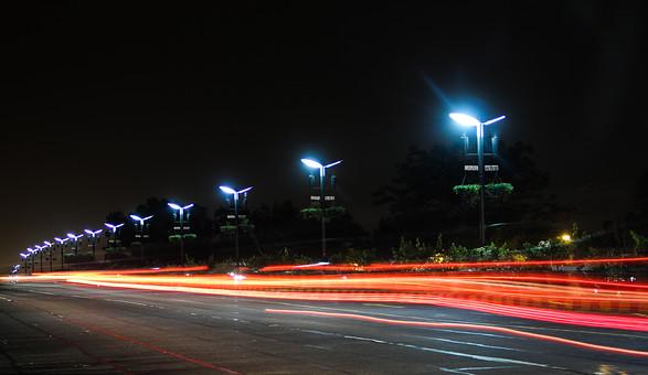 インド 外国 熱帯 南国 南アジア 高速道路 道路 コンクリート 白線 交通 自動車 二輪車 バイク カー 高速バス 直進 まっすぐ 曲がる カーブ 運転する 運転 運ぶ 走る 動く 乗る 街頭 電灯 電気 灯り 眩しい 明るい 照らす 光線 光 木 樹木 植物 自然 景観 夜 夜景