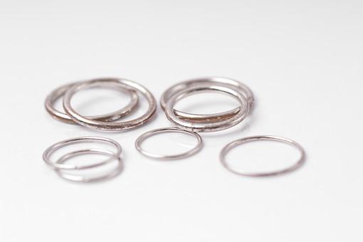指輪 リング アクセサリー アクセ 装飾品 おしゃれ 女性 レディース 男性 メンズ ユニセックス シルバー シルバーリング 貴金属 デザイン シンプル ファッションリング 細い 重ねる たくさん いっぱい 複数 乱雑 無造作 背景 白 ホワイト 男 女