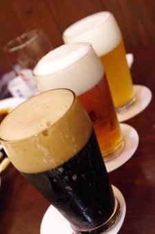 屋内 無人 飲み物 飲食 アルコール 酒 3杯 泡 乾杯 おつかれさま 忘年会 歓迎会 飲み会 ジョッキ 送別会 新年会 居酒屋 飲み屋 酔う アフターファイブ ビール 飲む 黒ビール 琥珀色 冷たい 冷える キンキン