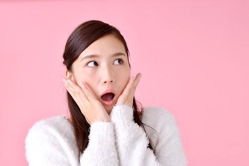 人物 女性 日本人 若者 若い  20代 美人 かわいい ロングヘア カジュアル  ラフ 私服 セーター ニット 屋内  スタジオ撮影 背景 ピンク ピンクバック ポーズ  おすすめ 上半身 驚く びっくり ビックリ あんぐり 呆然 呆れる mdjf007