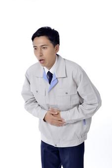 日本人 男性 おとこ 青年 社員 職員 ビジネスマン 仕事 労働 業務 ビジネス ワーク 会社 職場 工場 オフィス 事業 営業 事務 制服 上半身 腹痛 顔面蒼白 病気 体調不良 吐き気 空腹 無気力 白バック 白背景  mdjm001