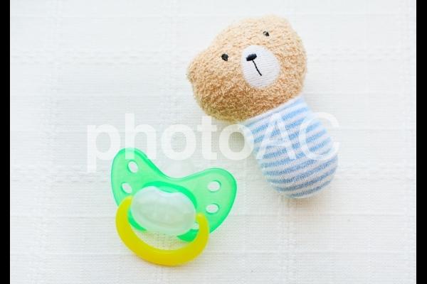 おしゃぶりとおもちゃの写真