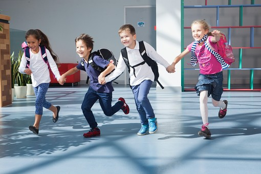 下校前の小学生の写真