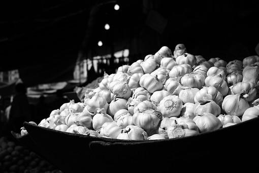 Umer 白黒 モノクロ 食べ物 食材 ニンニク にんにく 大蒜 スパイス 調味料 野菜 球根 スタミナ 沢山 市場 買い物 農業 食品 食べる 食物 自然 植物 室内 山盛り 収穫