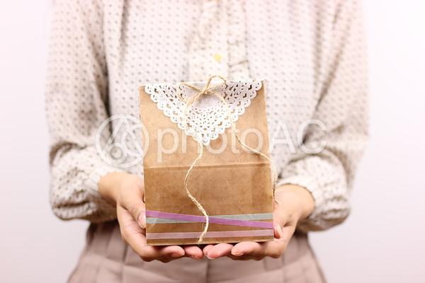 プレゼントを贈る女性の手元4の写真
