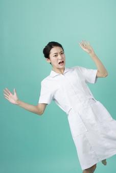 人物 女性 日本人 20代 30代   仕事 職業 医療 病院 看護師  ナース 医者 医師 女医 薬剤師  白衣 看護 屋内 スタジオ撮影 背景  グリーンバック おすすめ ポーズ おどける ユーモラス オーバーリアクション 手を広げる のけぞる ビックリ びっくり 驚く 仰天 mdjf010