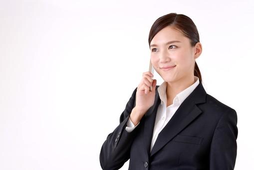 人物 日本人 女性 若い 若者  20代 スーツ 就職活動 就活 就活生  社会人 OL ビジネス 新社会人 新入社員  フレッシュマン 面接 真面目 清楚 屋内  白バック 白背景 上半身 携帯 電話 スマホ スマートフォン 会話 通話 話す ビジネスマン mdjf007