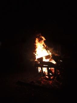 火 火炎 炎 fire flame bonfire 焚き火 お焚き上げ 篝火 かがり火 夜 夜景 燃える 木 灰 薪 初詣 神社 大晦日 正月 冬 赤 黒 紅蓮 燃焼 コントラスト たき火 野外 熱い ファイヤ