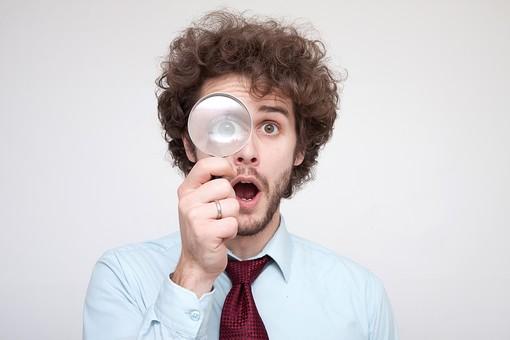 男性 Men 男 男子 外国人 外国人モデル 20代 30代 ビジネスマン サラリーマン スーツ ビジネススーツ 背広 ネクタイ シャツ  白背景 虫眼鏡 拡大鏡 レンズ 発見 考える 思考 アイディア 見つける 驚く ビックリ 驚愕 驚がく ハンサム ショック mdfm045
