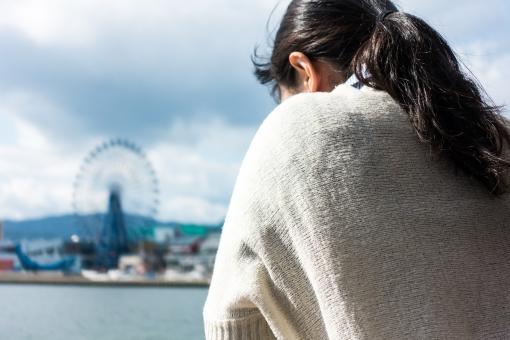観覧車 フェリー 女性 海 九州 福岡 旅 ひとり旅 セーター 遊園地 後ろ姿 背中 旅行 哀愁 趣味 ツアー 海辺 さみしい 楽しい