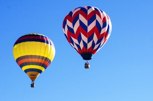 自然 空 青空 晴天 天気 晴れ 青 鮮やか 一色 気球 乗り物 飛ぶ 浮かぶ 浮く 流される 上空 カラフル 色とりどり 乗る 高い 上昇 見下ろす 模様 マーク デザイン 飾り 室外 屋外 風景 景色 景観 ローアングル アップ 複数