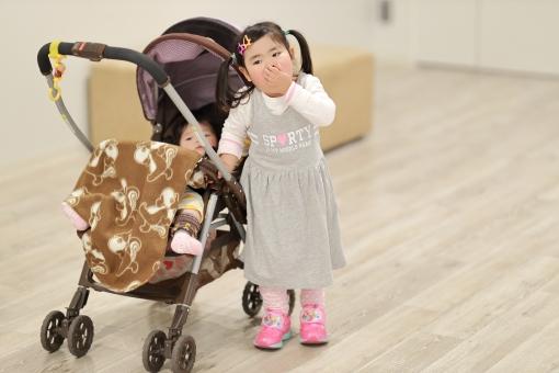 ベビーカーと女の子3の写真