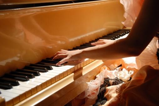 ピアノ 弾く 女性 手 コンサート パーティー ジャズ コンテスト ドレス ドレスアップ 指 発表会