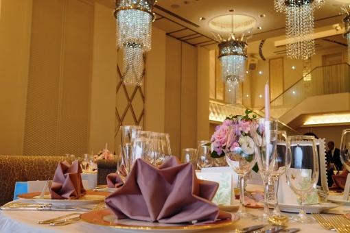 結婚式 挙式 披露宴 式 ホテル 式場 結婚式場 シャンデリア クロス ナプキン テーブル テーブルセッティング グラス 花 華やか