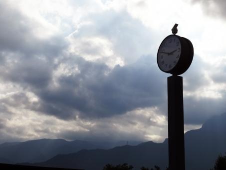不安 待ち合わせ 時間 曇り空 北アルプス 山々 山脈 孤独 文字盤 光り差す あせる 焦る 想う 思う 待つ 待ち合わせ 時間つぶし