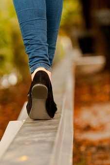 女性 女 女子 レディース 10代 20代 30代 おしゃれ オシャレ お洒落 物語 風景 パンプス つま先立ち 登る 上がる 歩く 歩行 立つ 屋外 室外 外 外出 待つ 約束 待ち合わせ 待ちぼうけ 落ち葉 秋 冬 靴 足 足元