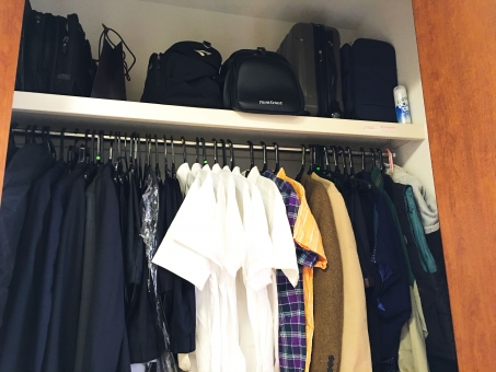 クローゼット 衣替え 半袖 カッターシャツ チェックシャツ スーツ 黒 白 男性洋服 季節ごと ジャケット 部屋 屋内 タンス コート 夏物 冬物 合服 カジュアル フォーマル バッグ ボストンバッグ スーツケース キャリーバッグ