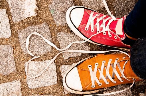 足 足元 靴 女性 男性 女 男 レディース メンズ 10代 20代 30代 おしゃれ オシャレ お洒落 物語 風景 運動靴 スニーカー 仲間 友達 カップル 恋人 お揃い 色違い 仲良し ラブラブ LOVE ハート 靴ひも 屋外 室外 外 外出 女子 男子