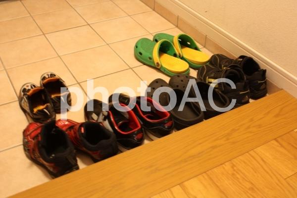 男子の靴がいっぱいの写真