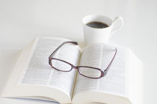 本 洋書 ブック book 辞書 眼鏡 めがね メガネ コーヒー 飲み物 読書 一服 一休み デスク 机 白 白バック 白背景 スペース 余白 休憩 休息 調べる 書斎 図書館 老眼鏡 文字 休日 カップ デスクトップ