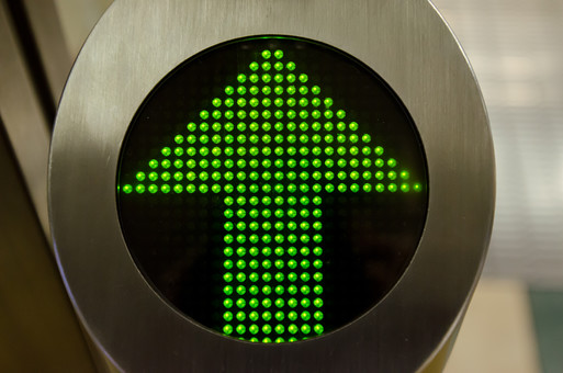 マーク アイコン 表示 標識 看板 かんばん ボード 案内 進入 すすめ 進め 前進 方角 まっすぐ 真っ直ぐ 矢印 やじるし 緑 青信号 電気 電光掲示板 電子 上 正面 先 前方