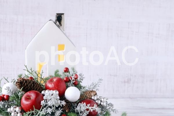 家とクリスマスアレンジメントの写真