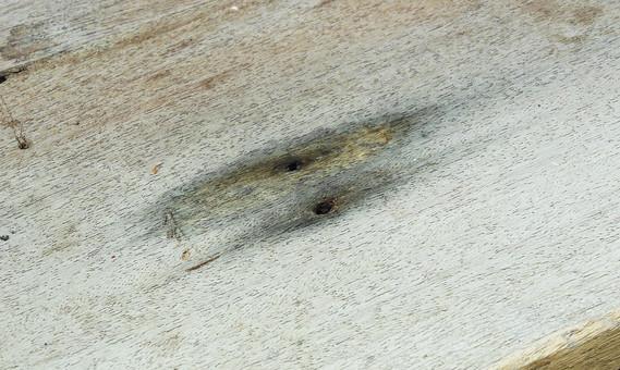 アート 芸術 美術 技術 板 木 木製 植物 自然 制作 木板 汚れ 染み シミ 汚れる 模様 古い 作る 平 フラット 平行 切り出す 加工 穴 割れる ヒビ ひび割れ 黒い 無尽