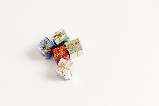 箱 小箱 プレゼント 贈り物 手土産 土産 ゴールド  金色 シルバー レッド 赤 ブルー 青 銀色 光沢 ギフト 贈答品 印象的 おくり物 5個 ボックス 屋内 人物なし 物撮り 包装紙 紙 置く 集める 上から視線 反射 高級感 ギフト