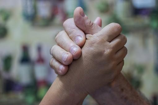 人物 老人 お年寄り 高齢者 シルバー  年老いた手 ハンドパーツ 手 指 ハンド  パーツ 手の表情 年老いた手 皺 しわ  シワ クローズアップ 二人 2人 握る 握りしめる 支えあう 支える 腕相撲 愛情 手元 指先 手先