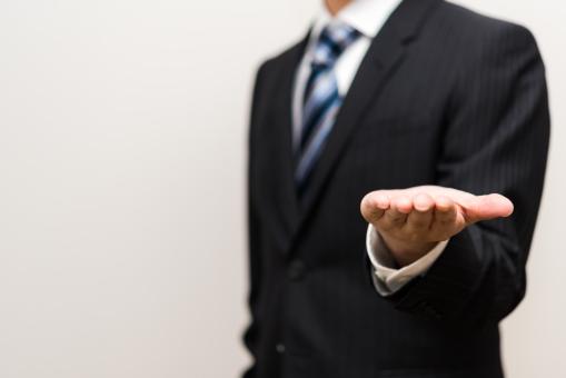 スーツ ネクタイ ビジネス 背広 男性 ビジネスマン ジャケット 外資系 会社員 仕事 カンパニー エリート 青 ストライプ 若手 白バック コピースペース 官僚 公務員 銀行員 手 ジェスチャー