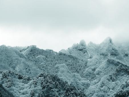冬 初冬 厳冬 初雪 雪 ゆき 里山 冬の里山 里山の冬 冬の空 冬の山 冠雪 初冠雪 寒い 冷たい 冬期 山 山なみ 山並み 青い山 スノー 吹雪 ふぶき 荒々しい 荒々しい山 荒々しい自然 自然の猛威 モノクロ モノクローム 晴れ間 バックグラウンド バック 背景 背景素材 コピースペース