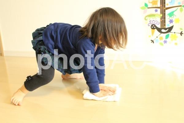 ぞうきんがけをする子供2の写真
